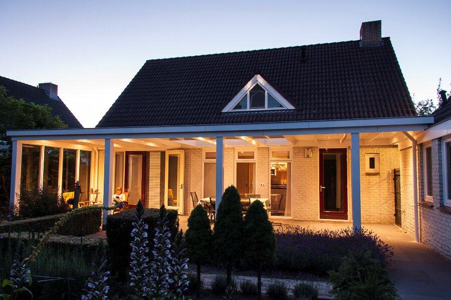Klassieke houten veranda verlicht