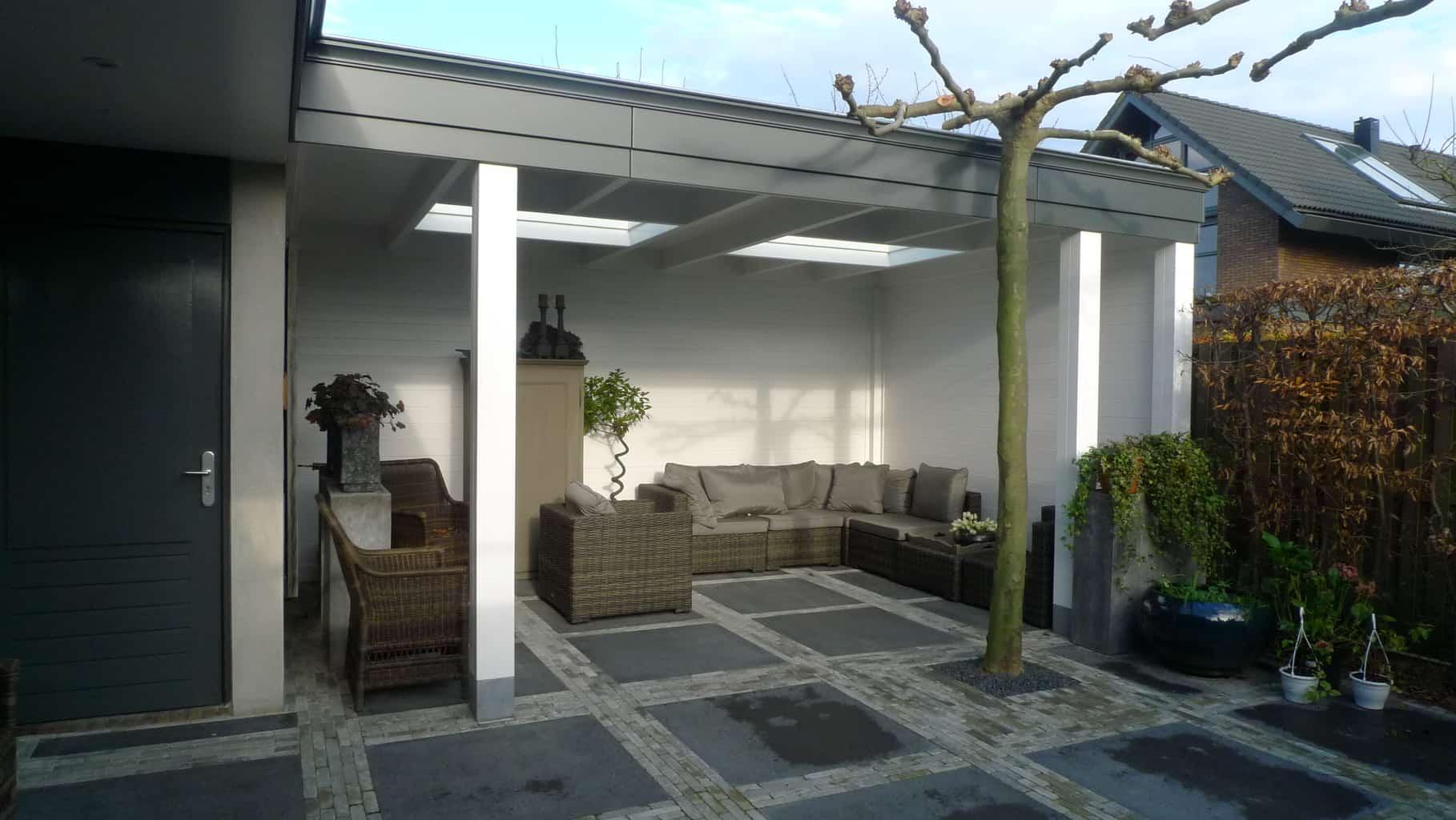 Klassieke houten overkapping tuin met lichtstraat