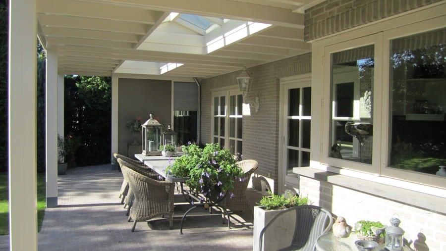 Klassieke houten veranda met twee lichtstraten