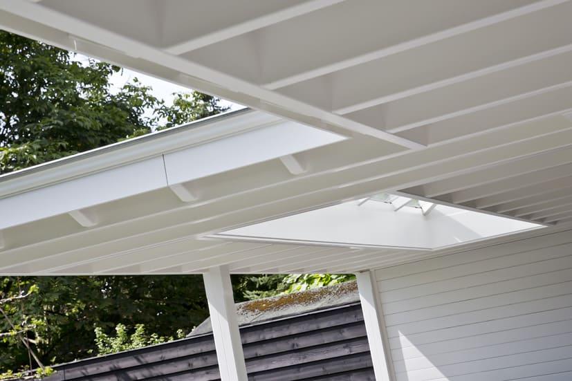 Wit afgewerkt dak terrasoverkapping