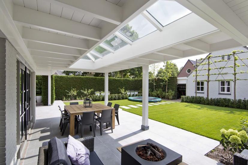 Houten veranda uitzicht tuin