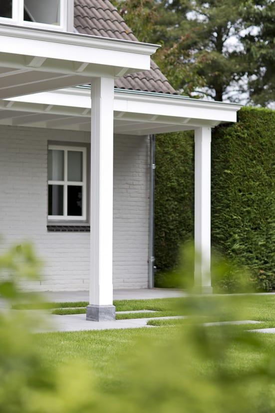 Witte houten veranda met klossen