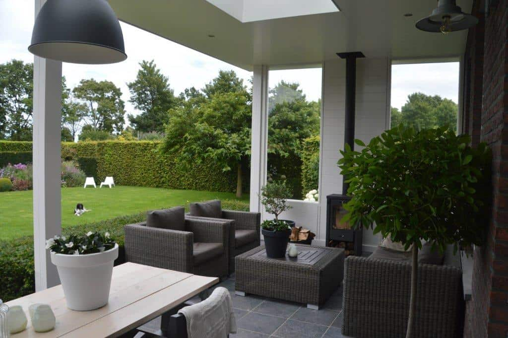 Veranda uitzicht tuin houten overkapping