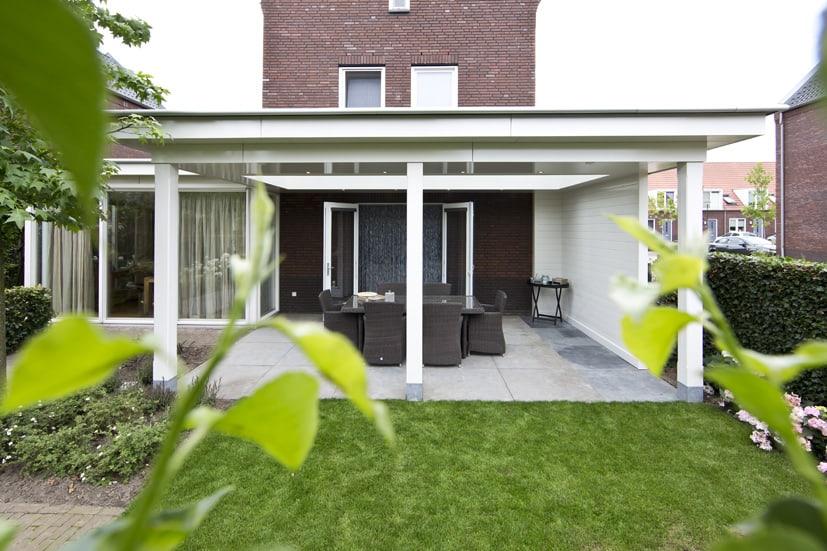 Klassieke veranda, wit plafond, houten overkapping