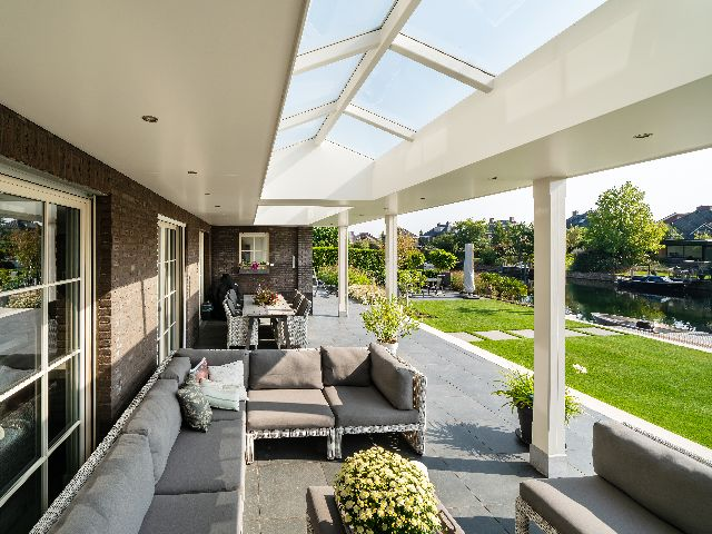 Luxe tuinkamer met houten overkapping en lichtstraat