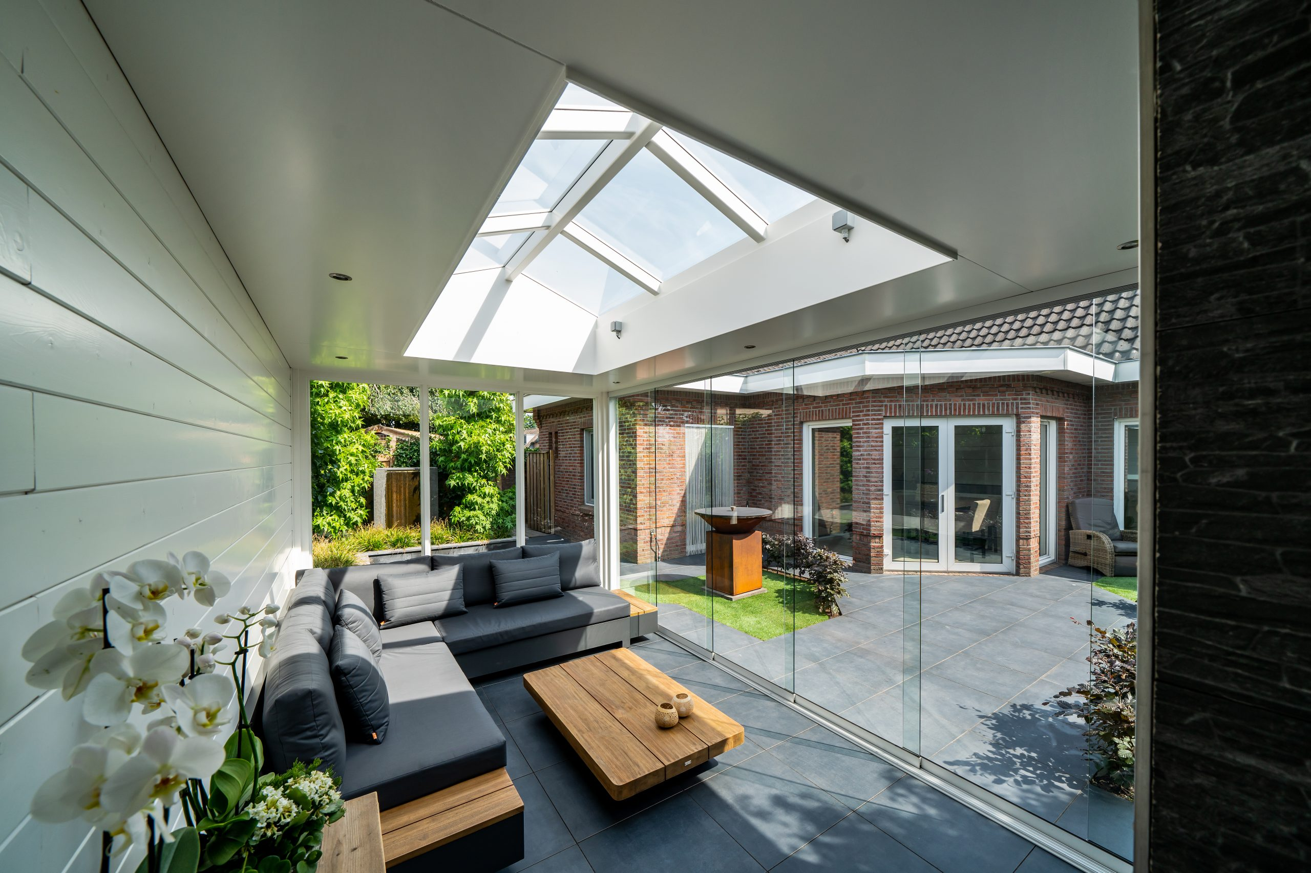 Tuinkamer van klassieke veranda met lichtstraat