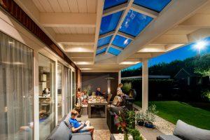 Klassieke veranda met lichtstraat sfeer foto bbq