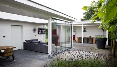 Veranda showroom met openhaard