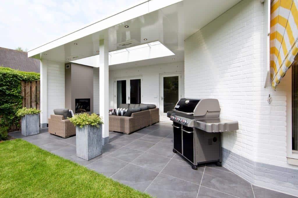 Houten veranda met wit plafond